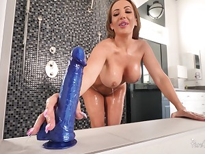 Big-assed MILF Richelle Ryan washes up before thrilling bathroom sex